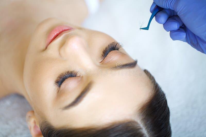 Μάτι γυναικών με τα μακροχρόνια eyelashes Επέκταση Eyelash στοκ εικόνες