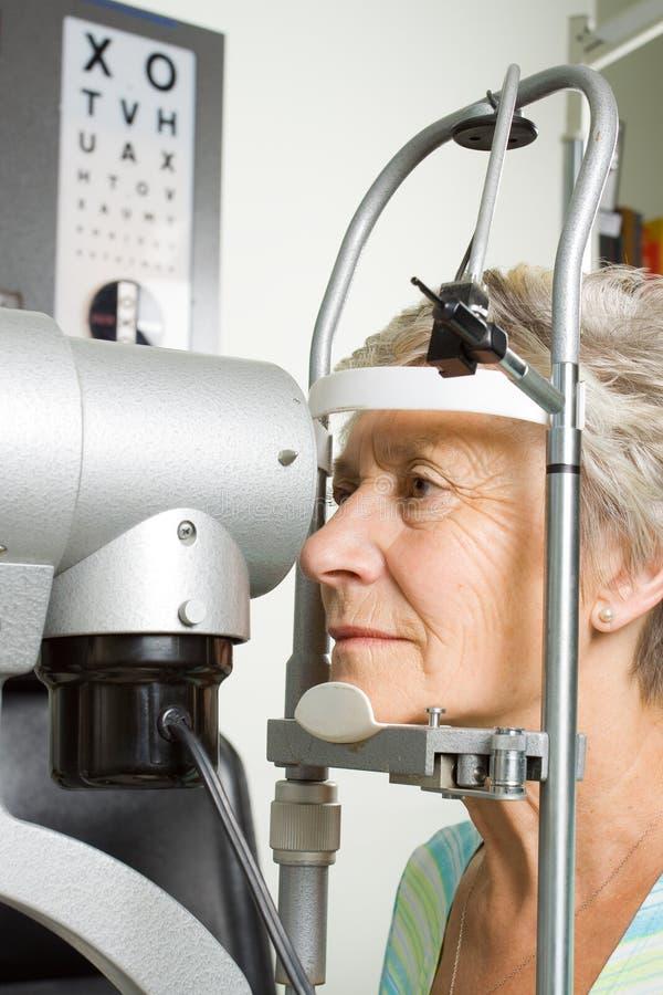 μάτι εξέτασης που έχει τη γυναικεία δοκιμή στοκ εικόνα με δικαίωμα ελεύθερης χρήσης