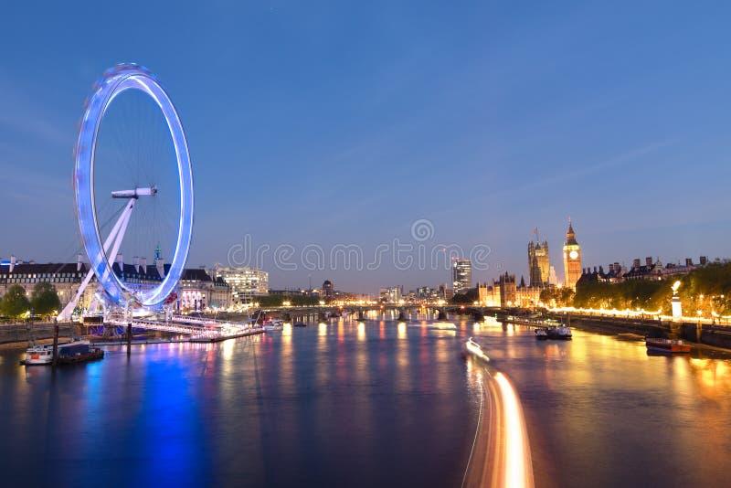 Μάτι και Big Ben του Λονδίνου στις όχθεις του ποταμού του Τάμεση στο λυκόφως στοκ φωτογραφία