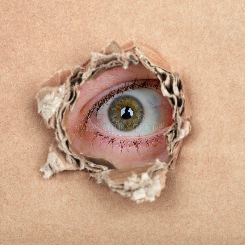 Μάτι κατασκόπων στην τρύπα στοκ εικόνα