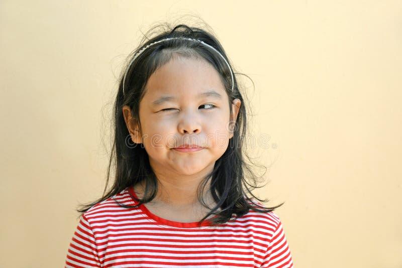 Μάτι κλεισίματος του ματιού μικρών κοριτσιών στοκ εικόνες