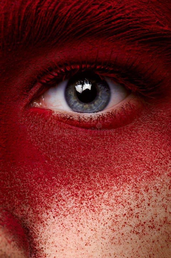 Μάτι ομορφιάς με το κόκκινο χρώμα makeup στοκ εικόνα με δικαίωμα ελεύθερης χρήσης
