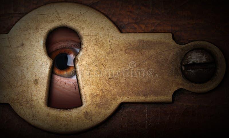 Μάτι που κοιτάζει μέσω μιας εκλεκτής ποιότητας κλειδαρότρυπας μετάλλων στοκ φωτογραφία με δικαίωμα ελεύθερης χρήσης