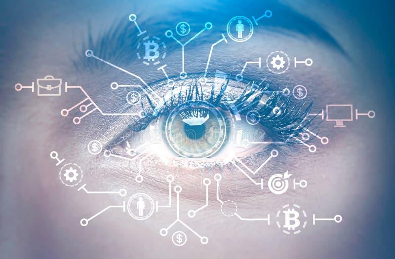 Μάτι στενού ενός επάνω γυναικών, bitcoin δίκτυο στοκ φωτογραφίες