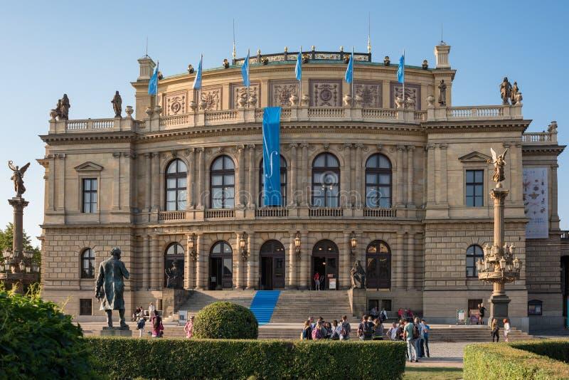 Μέγαρο μουσικής Rudolfinum με τους ανθρώπους μπροστά από το διάσημο ορόσημο στοκ φωτογραφίες με δικαίωμα ελεύθερης χρήσης