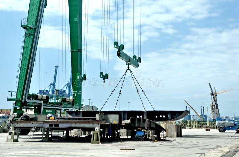Μέγα γερανός για την ανύψωση των κομματιών μετάλλων για την κατασκευή ενός μέγα γιοτ σε ένα ναυπηγείο στοκ εικόνες