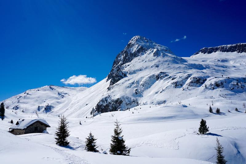 Μέγιστος χειμώνας ήλιων τοπίων βουνών χιονιού στοκ φωτογραφία με δικαίωμα ελεύθερης χρήσης