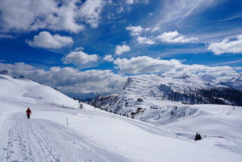 Μέγιστος χειμώνας ήλιων τοπίων βουνών χιονιού στοκ εικόνες