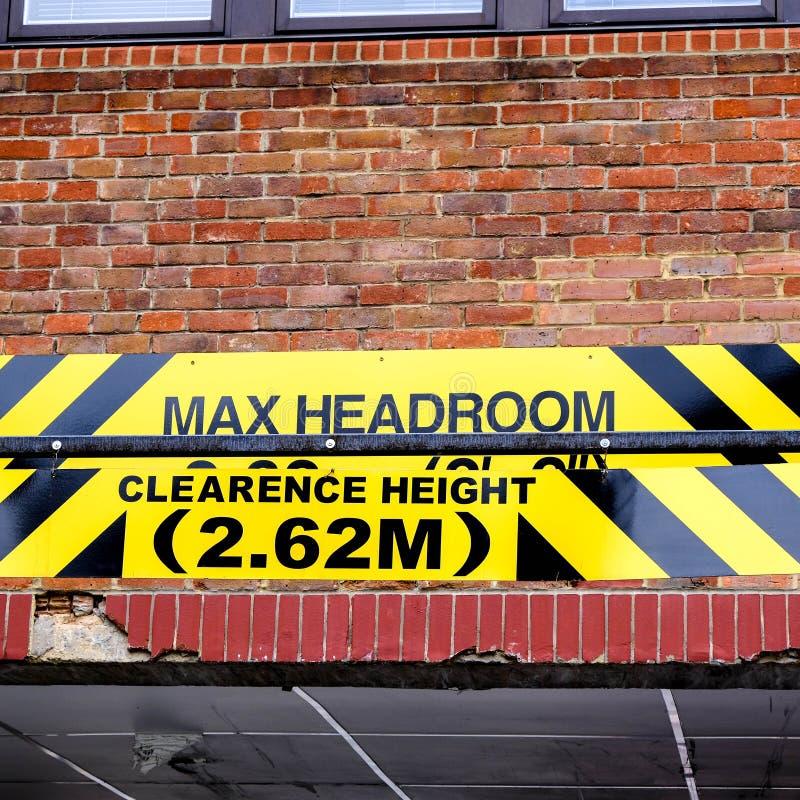 Μέγιστο προειδοποιητικό σημάδι ελεύθερων υψών σε ένα δημόσιο Carpark στοκ φωτογραφία με δικαίωμα ελεύθερης χρήσης