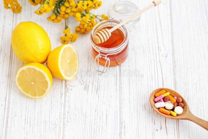 Μέλι και λεμόνι ταμπλετών Μέσα της επεξεργασίας Ασθένεια έννοιας, ομο στοκ φωτογραφίες με δικαίωμα ελεύθερης χρήσης