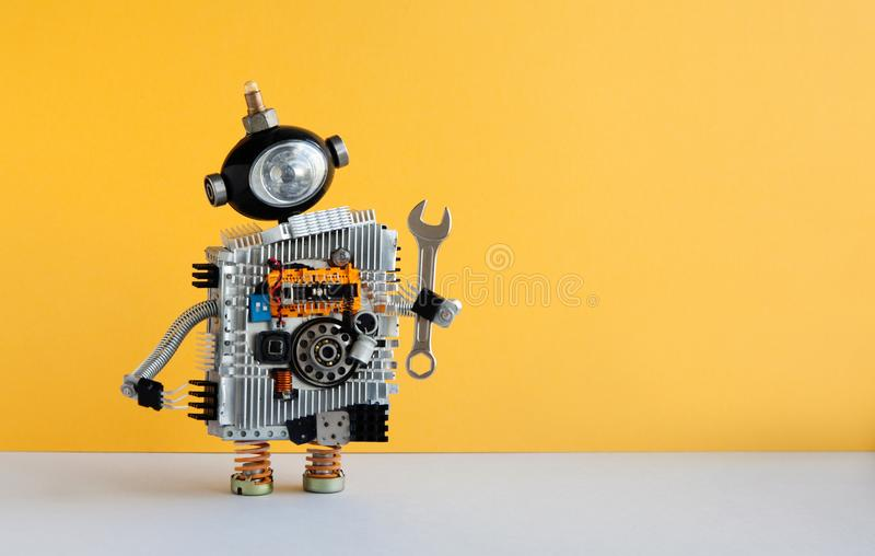 Μέλος των ενόπλων δυνάμεων ρομπότ γαλλικών κλειδιών χεριών στο κίτρινο υπόβαθρο Παιχνίδι Cyborg με το επικεφαλής, φουτουριστικό α στοκ εικόνες με δικαίωμα ελεύθερης χρήσης