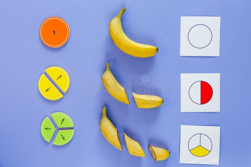 Μέρη και μπανάνες Сolorful math ως δείγμα στο ιώδες υπόβαθρο Ενδιαφέρον math για τα παιδιά : στοκ εικόνα