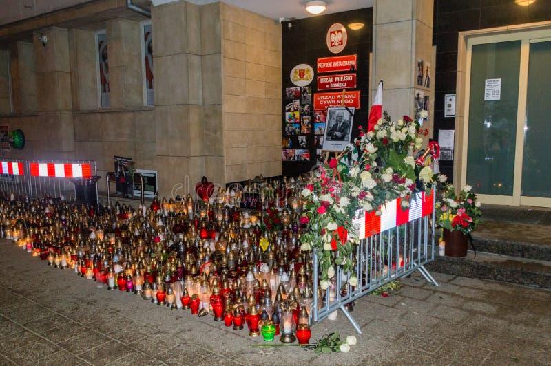 Μέρη των κεριών στην είσοδο στην αίθουσα πόλεων του Γντανσκ τη νύχτα Κεριά για αναμνηστικό Pawel στοκ φωτογραφία