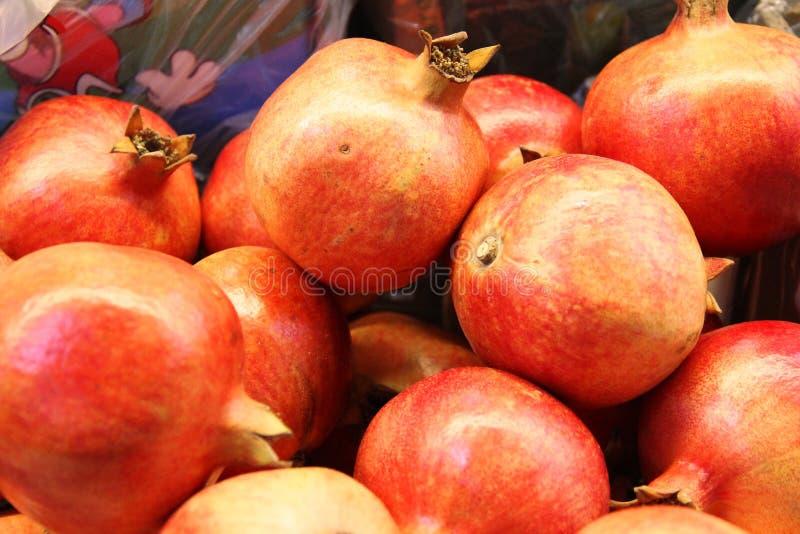 Μέρη των κόκκινων φρούτων ροδιών στο κιβώτιο, υπόβαθρο Καλός γρανάτης συγκομιδών στοκ εικόνες