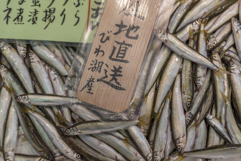Μέρη των μικρών, ασημένιων ψαριών, για την πώληση σε μια ιαπωνική αγορά στοκ εικόνα με δικαίωμα ελεύθερης χρήσης