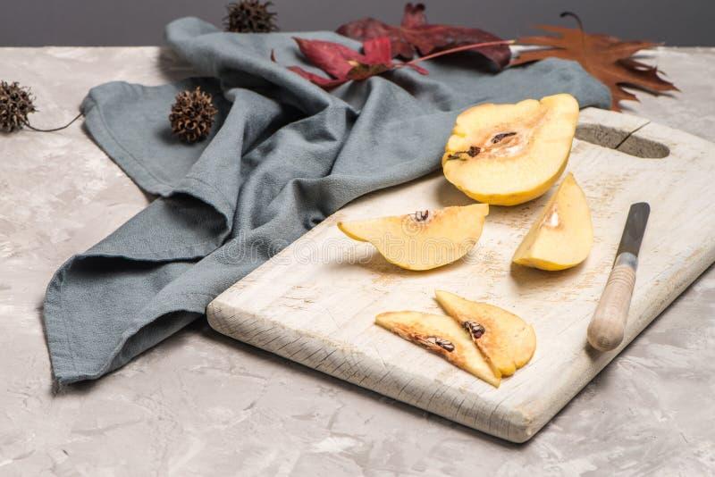Μέρη φρούτων κυδωνιών στοκ φωτογραφίες