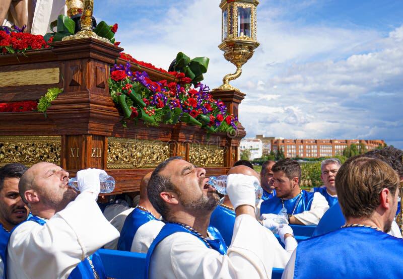 Μέριντα, Ισπανία Τον Απρίλιο του 2019: Μια ομάδα φορέων, κάλεσε Costaleros, φέρνοντας ένα θρησκευτικό επιπλέον σώμα στοκ φωτογραφίες με δικαίωμα ελεύθερης χρήσης