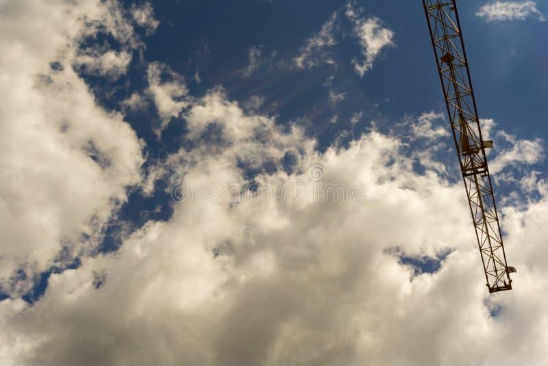 Μέρος ενός γερανού κάτω από έναν νεφελώδη θερινό ουρανό στοκ εικόνα με δικαίωμα ελεύθερης χρήσης