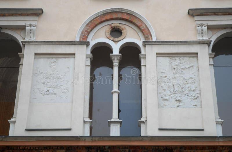 Μέρος ενός τοίχου με τα όπλα ενός κτηρίου μπροστά από τον καθεδρικό ναό Crema στην επαρχία της Κρεμόνας στη Λομβαρδία (Ιταλία) στοκ φωτογραφία με δικαίωμα ελεύθερης χρήσης