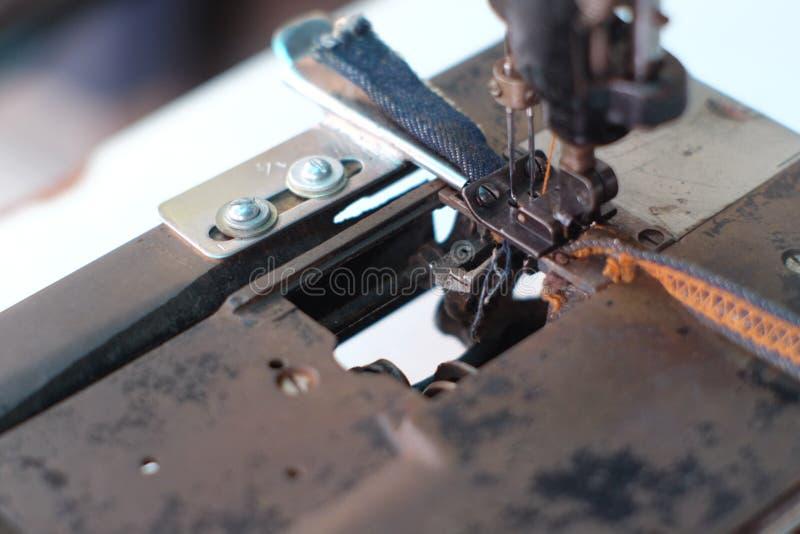 Μέρος κινηματογραφήσεων σε πρώτο πλάνο μιας παλαιών ράβοντας μηχανής και μιας λεπτομέρειας στη βελόνα & το νήμα στοκ φωτογραφία με δικαίωμα ελεύθερης χρήσης