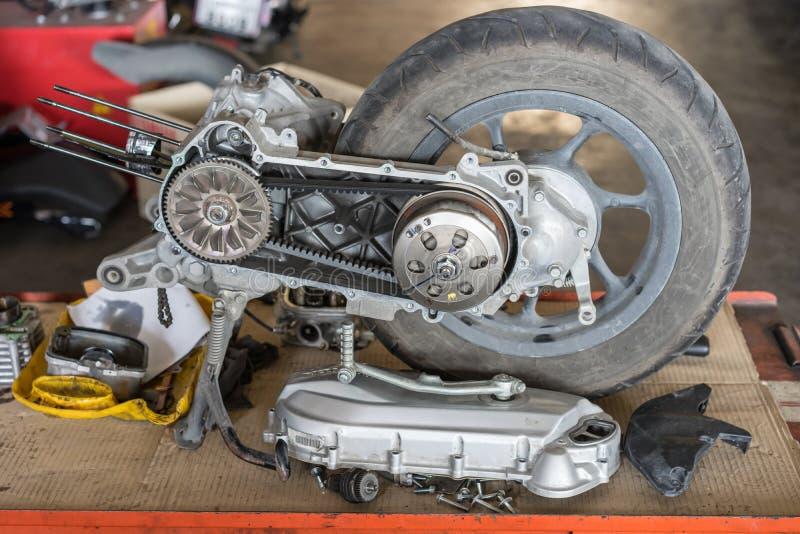 Μέρος μιας μηχανής μοτοσικλετών στην επισκευή της ζημίας στοκ φωτογραφία