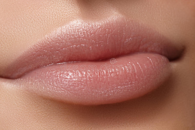 Μέρος προσώπου Όμορφα θηλυκά χείλια με το φυσικό makeup, καθαρό δέρμα Μακρο πυροβολισμός του θηλυκού χειλιού, καθαρό δέρμα φρέσκο στοκ εικόνες