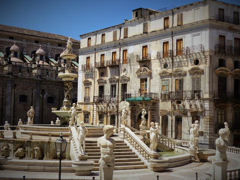 Μέρος της διάσημης πηγής της Πρετόρια πλατειών στο Παλέρμο με τα πολυάριθμα Florentine μαρμάρινα αγάλματα Σικελία Ιταλία στοκ εικόνες με δικαίωμα ελεύθερης χρήσης
