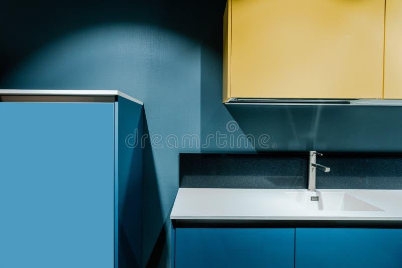 μέρος της σύγχρονης κουζίνας με τα μπλε και κίτρινα ράφια στοκ εικόνες με δικαίωμα ελεύθερης χρήσης