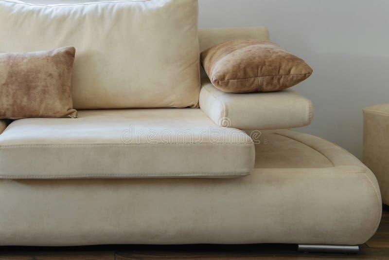 Μέρος του άνετου σύγχρονου καναπέ στα φυσικά χρώματα στοκ φωτογραφία
