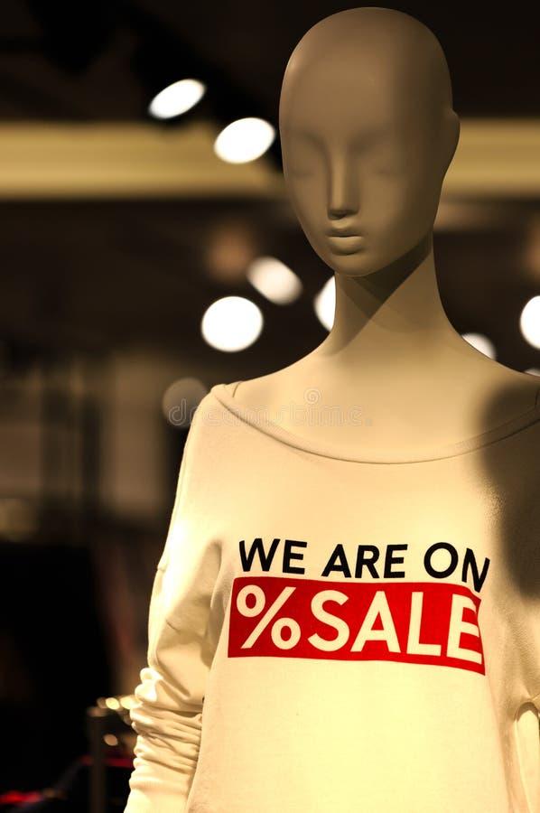 Μέρος του αρσενικού μανεκέν που ντύνεται στα περιστασιακά ενδύματα με την επίδειξη κειμένων πώλησης στοκ φωτογραφία με δικαίωμα ελεύθερης χρήσης