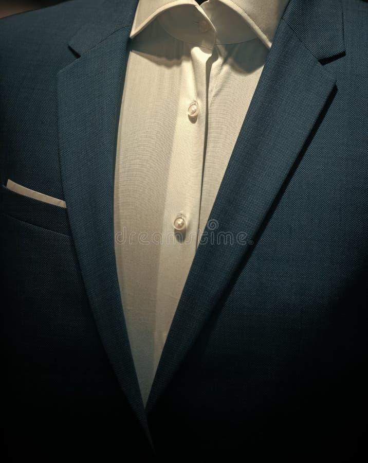Μέρος του επίσημου αρσενικού ενδύματος, κλείνει επάνω Το κλασικό σακάκι με το άσπρο πουκάμισο έκανε από υψηλό - ποιοτικό κλωστοϋφ στοκ εικόνα