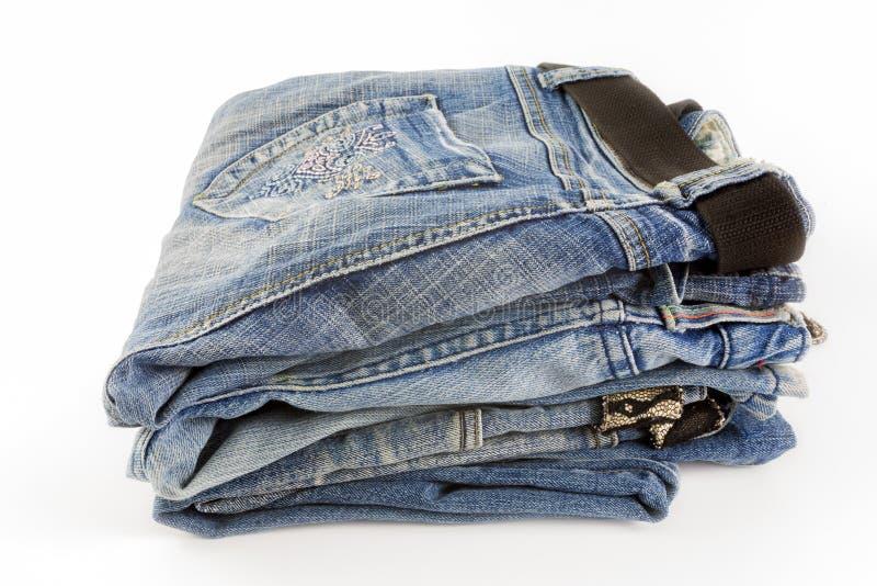 Μέρος του διαφορετικού τζιν παντελόνι που απομονώνεται στο λευκό στοκ φωτογραφία