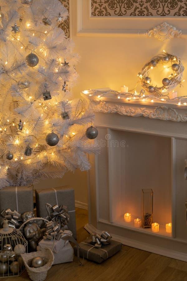 Μέρος του μπαρόκ δωματίου Χριστούγεννο-ύφους Το χριστουγεννιάτικο δέντρο λάμπει με τα φω'τα στοκ εικόνα