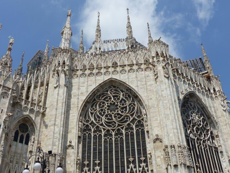 Μέρος του πίσω μέρους του νεογοτθικού καθεδρικού ναού του Μιλάνου με τα μεγάλα παράθυρα r στοκ φωτογραφίες με δικαίωμα ελεύθερης χρήσης