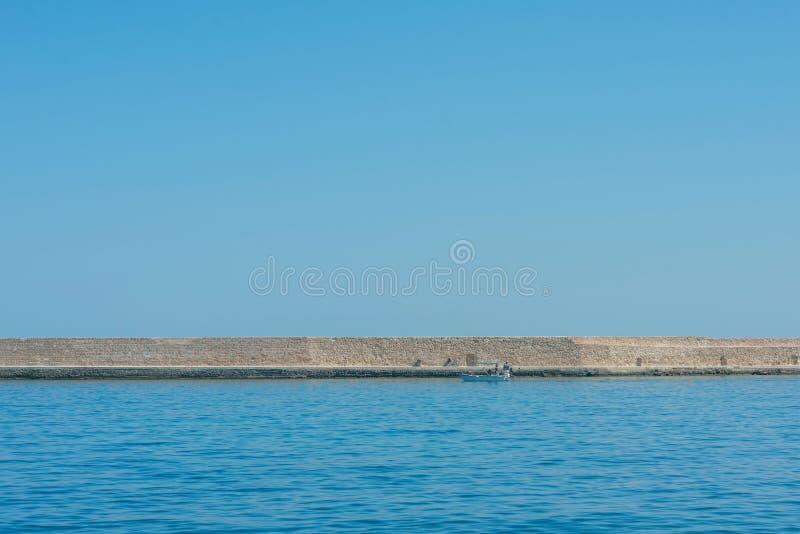 Μέρος του φάρου αρχαιότητας στο παλαιό ενετικό λιμάνι Chania νησί της Κρήτης Ελλάδα στοκ εικόνες