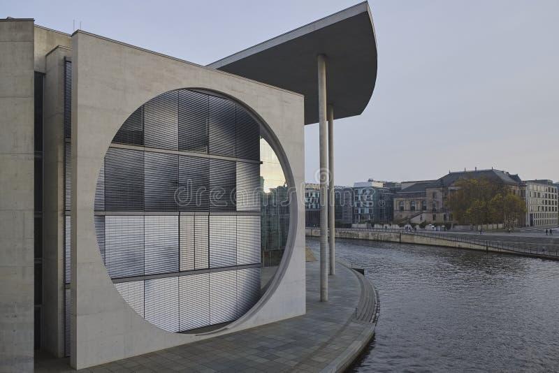 Μέρος του Paul-Loebe Haus, Βερολίνο, στην ανατολή στοκ φωτογραφίες