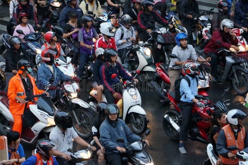 Μέρος των μοτοσικλετών που περιμένει το σήμα κυκλοφορίας στην πόλη της Μπανγκόκ το βράδυ μετά από τη ώρα κυκλοφοριακής αιχμής γρα στοκ εικόνες με δικαίωμα ελεύθερης χρήσης