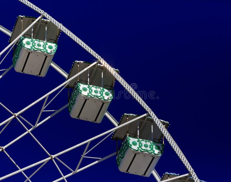 Μέρος των ferris κυλά βλέποντας ενάντια στο μπλε ουρανό στοκ φωτογραφία με δικαίωμα ελεύθερης χρήσης