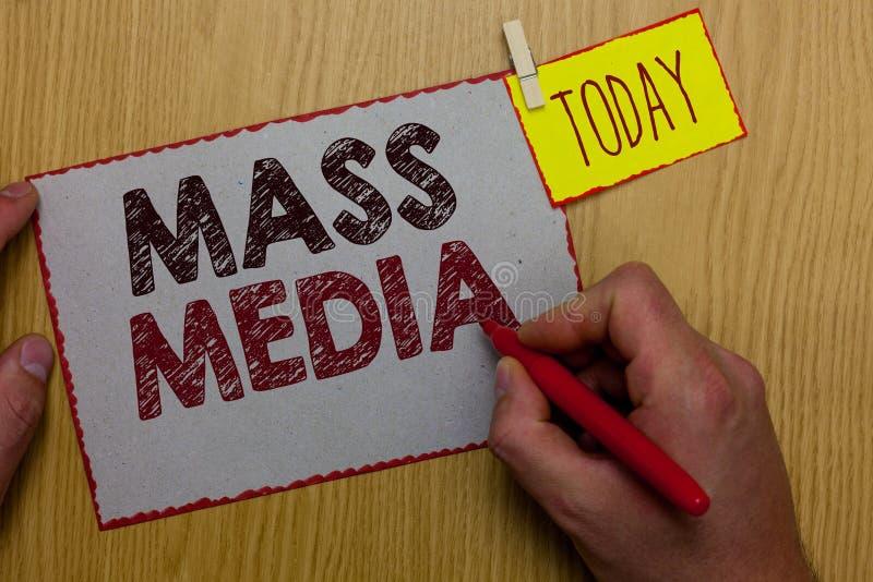 Μέσα Μαζικής Επικοινωνίας κειμένων γραψίματος λέξης Επιχειρησιακή έννοια για τους ανθρώπους ομάδας που δημοσιοποιούν τις ειδήσεις στοκ εικόνες