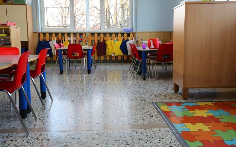 Μέσα μιας τάξης στον παιδικό σταθμό με τις μικρές καρέκλες στοκ εικόνα με δικαίωμα ελεύθερης χρήσης