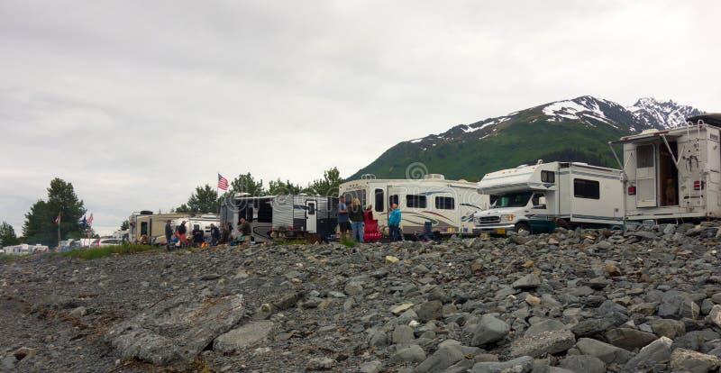 Μέσα που σταθμεύουν ψυχαγωγικά κατά μήκος της ακτής στην Αλάσκα κατά τη διάρκεια του καλοκαιριού στοκ φωτογραφίες
