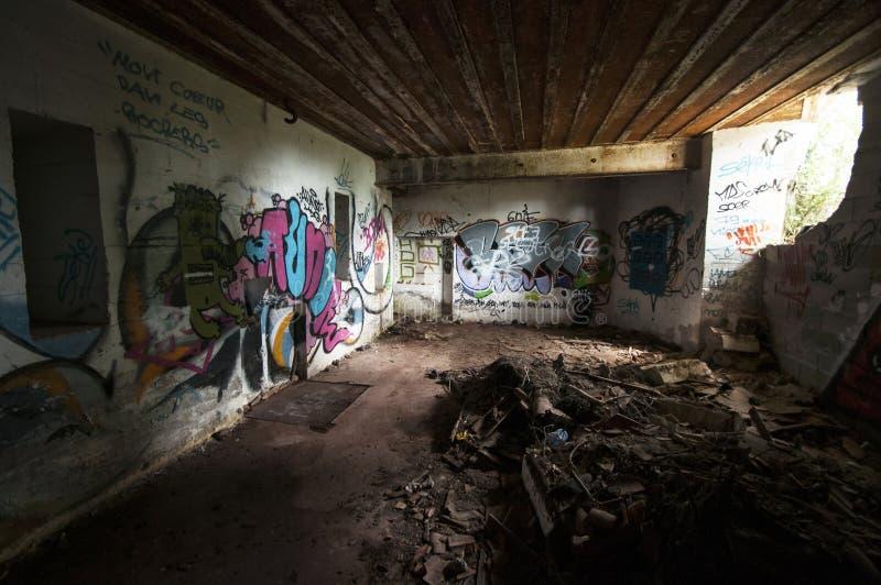Μέσα σε ένα εγκαταλειμμένο WWII συγκεκριμένο casemate με τα γκράφιτι στη γαλλική ατλαντική ακτή στοκ εικόνες