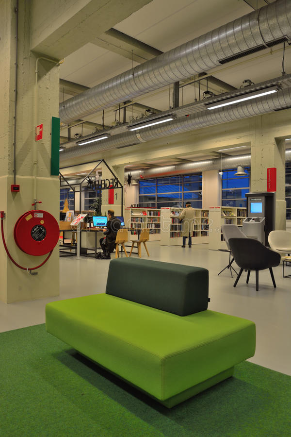 Μέσα σε μια δημόσια βιβλιοθήκη, πράσινος πάγκος σχεδίου στοκ φωτογραφίες με δικαίωμα ελεύθερης χρήσης