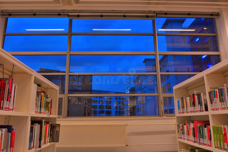 Μέσα σε μια δημόσια βιβλιοθήκη στοκ φωτογραφία