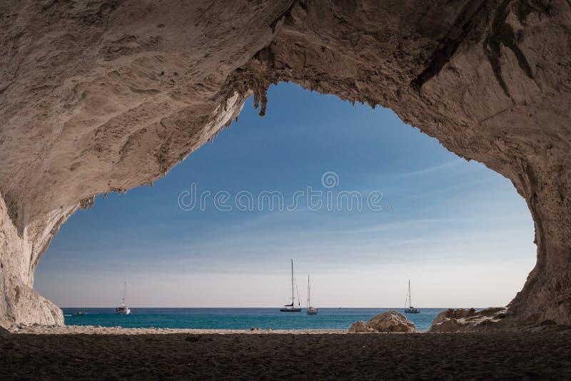 Μέσα σε μια σπηλιά Cala Luna στην παραλία στοκ φωτογραφία με δικαίωμα ελεύθερης χρήσης