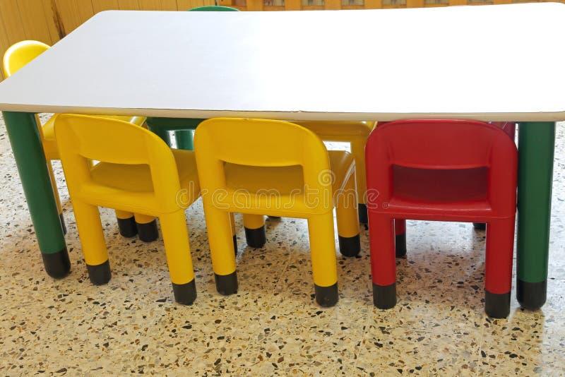 Μέσα σε μια σχολική τάξη ενός παιδικού σταθμού με το μικρό πλαστικό γ στοκ εικόνες με δικαίωμα ελεύθερης χρήσης