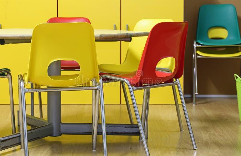 μέσα σε μια τάξη ενός παιδικού σταθμού με τις μικρές καρέκλες και μια ετικέττα στοκ φωτογραφία με δικαίωμα ελεύθερης χρήσης