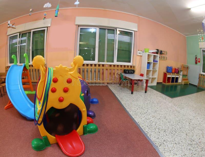 Μέσα στην ευρεία αίθουσα ενός παιδικού σταθμού τα παιχνίδια για να διασκεδάσει το CH στοκ εικόνες