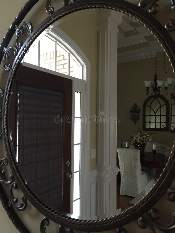 Μέσα στον καθρέφτη στοκ φωτογραφίες