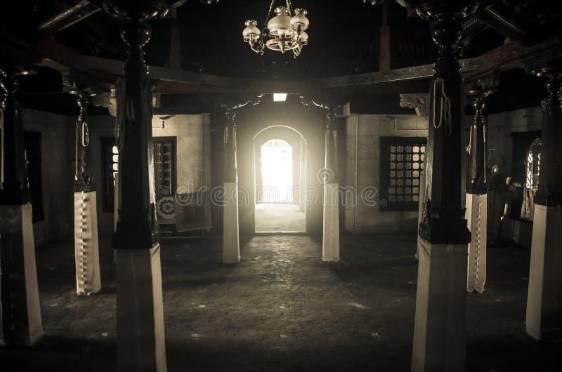 Μέσα στο ιερό μουσουλμανικό τέμενος στοκ εικόνες